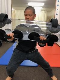 体幹トレーニングをお子様がされているシーン